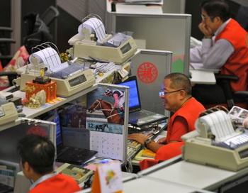 Трейдеры Гонконгской фондовой биржи (HKEx), которым 5 марта сократили перерыв на обед, теперь будут работать ещё больше. Фото: Aaron Tam/AFP/Getty Images