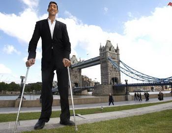 Турецкий великан — султан Косен, который считается  самым высоким человеком в мире, наконец, перестал расти, достигнув отметки 253 сантиметра. Фото: news.tula-online.ru