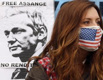 Протест против выдачи Ассанжа Швеции у посольства Эквадора в Лондоне. Фото: Oli Scarff/Getty Images