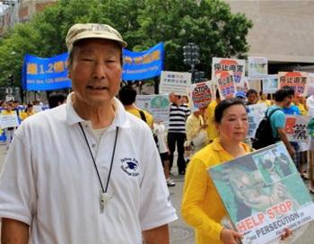 Джон Чан приехал из Вирджинии, чтобы поддержать парад Фалуньгун. Фото: Шар Адамс/Великая Эпоха