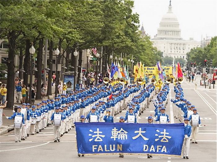 Небесный оркестр в бело-голубых костюмах прошёл через центр города Вашингтон. Фото: Дай Бин/Великая Эпоха