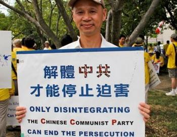 Сяо Ли приехал из Австралии для участия в параде. Его жена была в заключении в трудовом лагере в Китае два года за то, что следовала учению Фалуньгун. Фото: Шар Адамс/Великая Эпоха