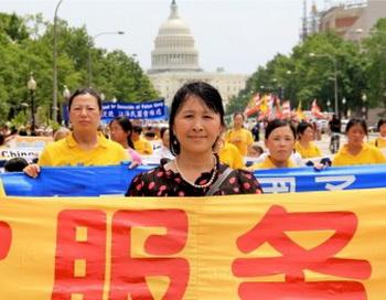 Жун И, президент Международного центра помощи по выходу из коммунистической партии Китая, участвует в параде последователей Фалуньгун в Вашингтоне 13 июля. Фото: Шар Адамс/Великая Эпоха