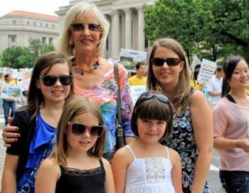 Нэнси Бройхил из Вирджинии наблюдала за парадом с членами семьи. Она назвала его «демократия в действии». Фото: Шар Адамс/Великая Эпоха