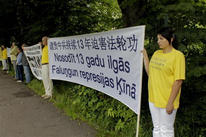 Рига, Латвия. Акция сторонников Фалуньгун, приуроченная к годовщине начала репрессий Фалуньгун в Китае. Июль 2012 год. Фото: The Epoch Times