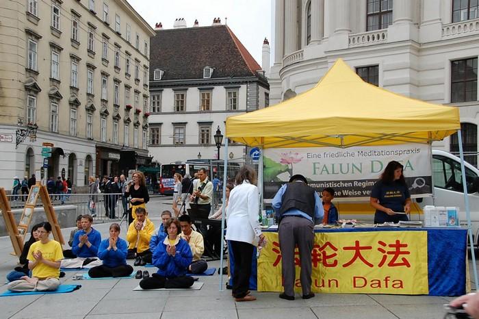 Вена, Австрия. Акция сторонников Фалуньгун, приуроченная к годовщине начала репрессий Фалуньгун в Китае. Июль 2012 год. Фото: The Epoch Times