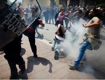 Народ Греции выступает против мер экономии и за реформу юстиции. Фото с .ksta.de