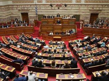 Парламент Греции принял новый пакет мер по экономии бюджета. Фото с bote.ch