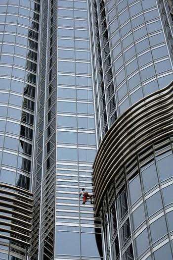 «Бурдж-Халифа» в Дубае покорилась человеку-пауку. Фото: KARIM SAHIB/AFP/Gtty Imges