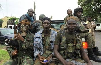 Лоран Гбагбо бывший президент Кот-дИвуара решил сдаться законным властям. фото: STR/AFP/Getty Images