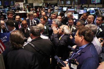Это начинается здесь: брокеры работают на нью-йоркской фондовой бирже за мгновенье до завершающего звонка 1 июня. Фото: Spencer Platt/Getty Images