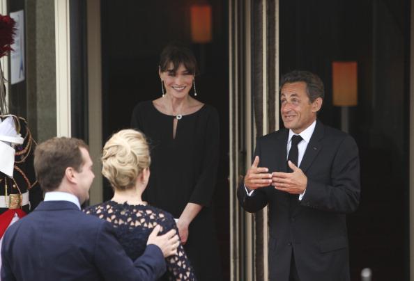 В Довиле Светлана Медведева на прием, устроенный Карлой Бруни пришла с букетом цветов и поговорила о проблемах неграмотности. Фото: Franck Prevel/Sean Gallup/JEWEL SAMAD/VLADIMIR RODIONOV/AFP/Getty Images