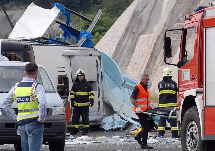 Фоторепортаж с места автокатастофы чешского автобуса. Фото:  Dalibor Urukalovic/AFP/GettyImages