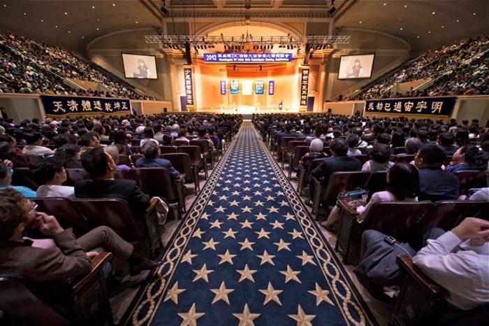 Около 5000 последователей духовной практики Фалуньгун, также известной как Фалун Дафа, приехали из разных стран мира, чтобы принять участие в конференции по обмену опытом, состоявшейся в Вашингтоне (ОК) 14 июля. Фото: Дай Бин/Великая Эпоха (The Epoch Times)