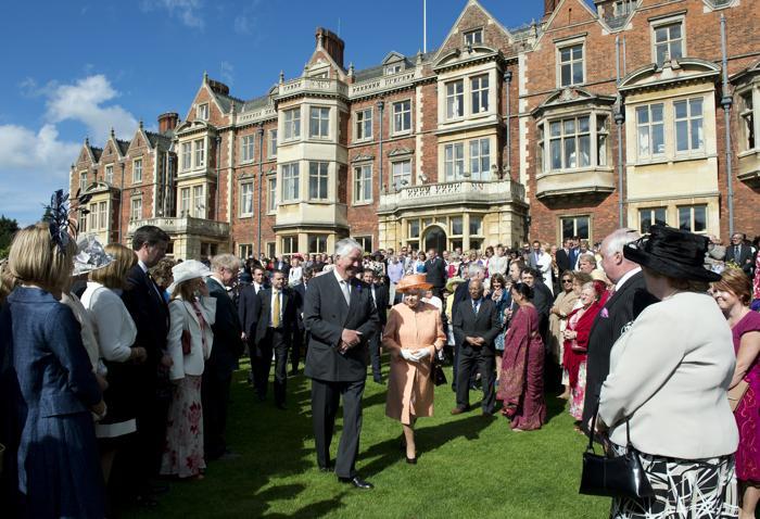 Королева Елизавета II принимала гостей в саду в Норфолке. Фоторепортаж. Фото: Pitarakis - WPA Pool /Getty Images