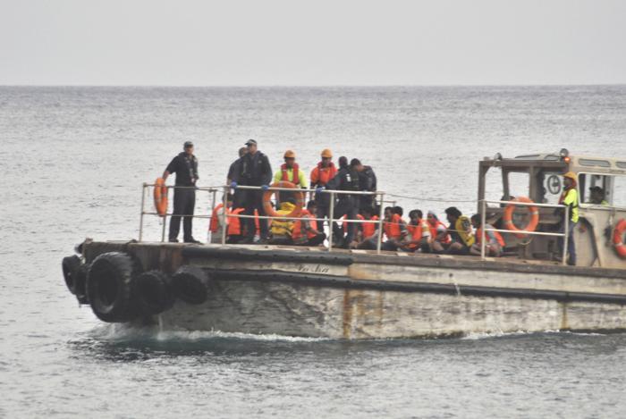 Операции по спасению людей с затонувшего судна около острова Рождества продолжаются. Фоторепортаж. Фото: Scott Fisher/Getty Images