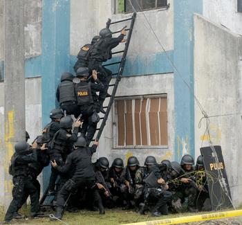 Оздоровительная гимнастика вводится для филиппинских полицейских. Фото:  JAY DIRECTO/AFP/GettyImages