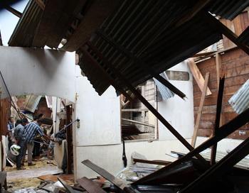 Разрушения после землетрясения 6,6 баллов на Суматре  в сентябре 2011 года. Фото:  MADE ALY/AFP/Getty Images