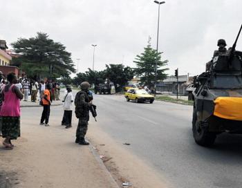 Кот-д'Ивуар:вследствии нападения войск Гбагбо на французское посольство, операция по эвакуации была прекращена. Фото: ISSOUF SANOGO/AFP/Getty Images