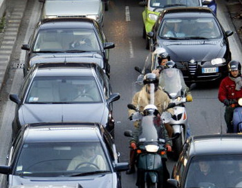 Жители Рима в ожидании предсказанного землетрясения. Фото: PAOLO COCCO / AFP / Getty Images