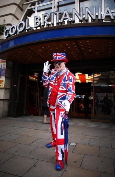 Перед свадьбой принца Уильяма и Кейт Миддлтон магазины Лондона заполнены товарами со свадебной и королевской тематикой. Фото: Peter Macdiarmid, Dan Kitwood/Getty Images