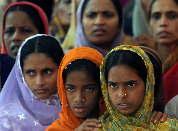 Население Индии увеличивается, но  рождаемость девочек уменьшается. Фото: PUNIT PARANJPE/AFP/Getty Images
