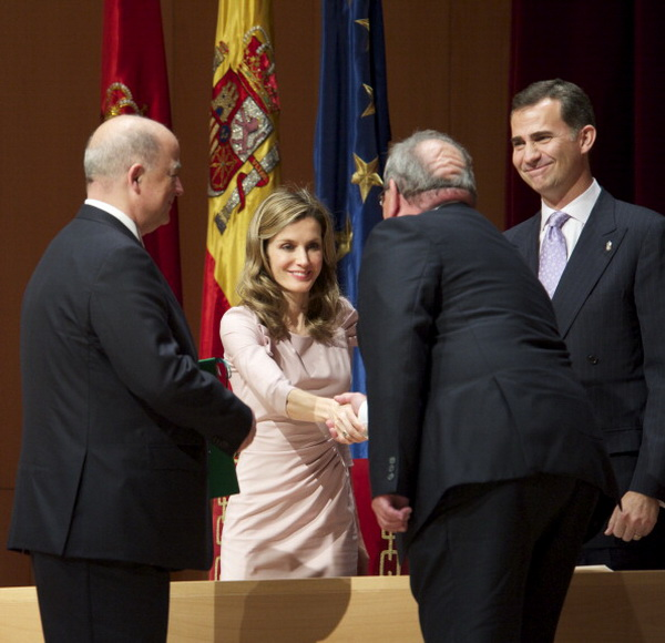 Фоторепортаж об участии принца Фелипе и принцессы Летиции в церемонии награждения премией Principe de Viana. Фото: Carlos Alvarez/Getty Images