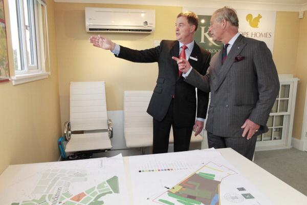 Фоторепортаж о посещении строящегося экологического города Кнокрум  принцем Чарльзом. Фото: James Glossop - WPA Pool/Getty Images