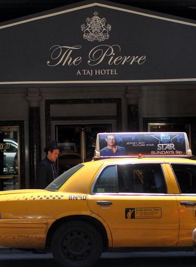Фоторепортаж о секс-скандале с участием 74-летнего египетского банкира в Нью-Йорке. Фото: Chris Jackson/Getty Images