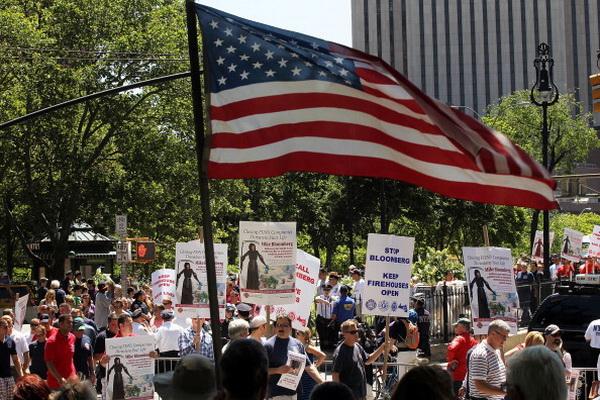 Фоторепортаж о митинге протеста против закрытия пожарных компаний в Нью-Йорке