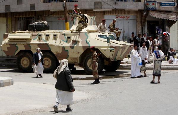 Фоторепортаж о вооруженном столкновении между оппозицией и войсками президента Йемена Али Абдуллы Салеха. Фото: AHMAD GHARABLI/AFP/Getty Images
