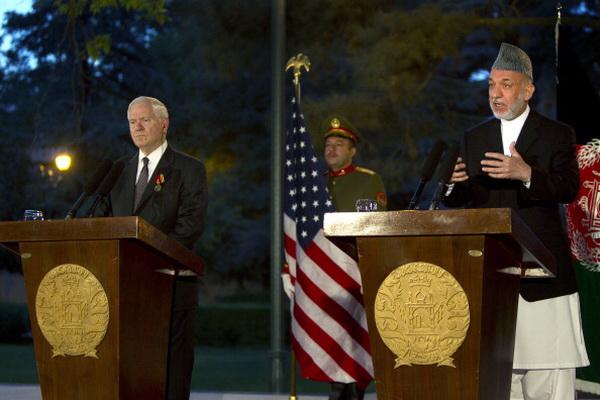 Фоторепортаж о встрече министра обороны США Роберта Гейтса с президентом Афганистана Хамидом Карзаем. Фото: Paula Bronstein/Getty Images
