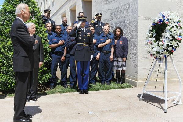 Фоторепортаж с церемонии поминовения жертв терактов 11 сентября 2001 года. Фото: Mark Wilson/Getty Images