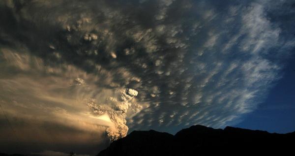 Фоторепортаж о покрытой пеплом Аргентине от извержения вулкана в Чили. Фото: AFP PHOTO/NA/DIARIO RIO NEGRO
