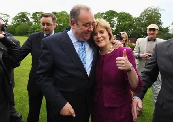 Фоторепортаж о победе Алекса Салмонда, лидера Шотландской национальной партии, на выборах в парламент. Фото: Jeff J Mitchell/Getty Images