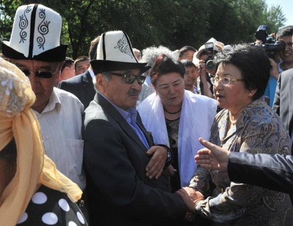 Фоторепортаж о Дне всенародного поминовения жертв межэтнического конфликта в Киргизии. Фото: AFP PHOTO / VYACHESLAV OSELEDKO