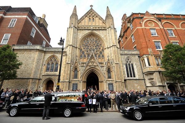 Фоторепортаж с похоронной церемонии журналиста Тима Хетерингтона в Лондоне. Фото: AFP PHOTO/BEN STANSALL