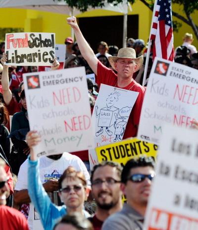 Фоторепортаж о митинге учителей Калифорнии против сокращения заработной платы. Фото: Kevork Djansezian/Getty Images