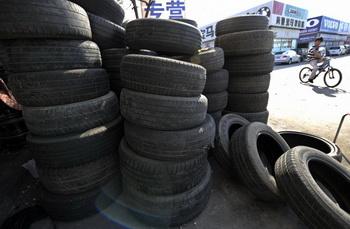 Магазин шин в Пекине 15 сентября 2009 г. Фото: Liu Jin/AFP/Getty Images