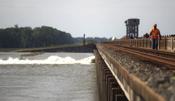 Фоторепортаж об открытии дамбы во избежание затопления в бассейне реки Миссисипи. Фото: Scott Olson/Getty Images