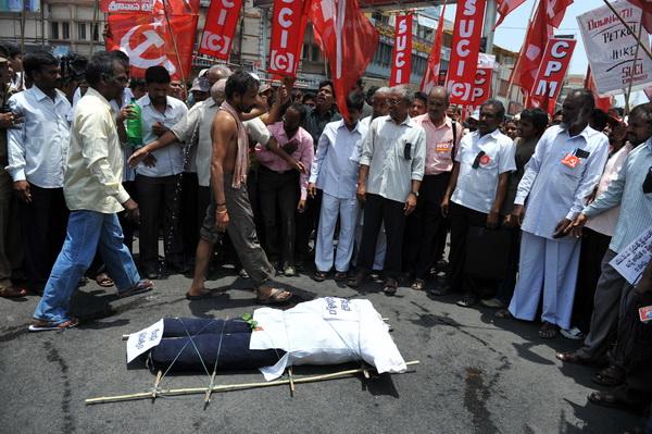 Фоторепортаж с акции протеста против повышения цен на бензин в Индии. Фото: AFP PHOTO/Noah SEELAM