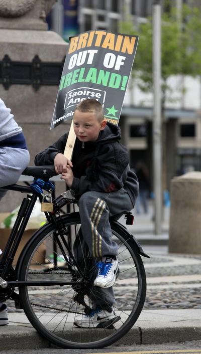 Фоторепортаж с акции протеста против предстоящего визита в Ирландию королевы Великобритании Елизаветы II. Фото: AFP PHOTO/PETER MUHLY