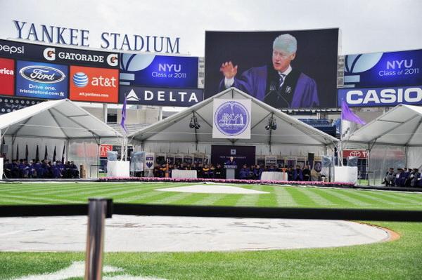 Фоторепортаж о церемонии вручения дипломов выпускникам университета  с участием бывшего президента США Билла Клинтона. Фото: Slaven Vlasic/Getty Images