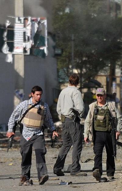 Фоторепортаж о расследовании на месте теракта в Кабуле. Фото: AFP PHOTO / Massoud HOSSAINI