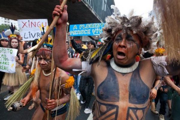 Фоторепортаж об акции протеста против строительства ГЭС в Бразилии. Фото: AFP PHOTO / YASUYOSHI CHIBA