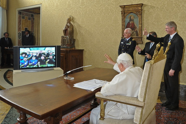Фоторепортаж о сеансе связи Папы Римскиго Бенедикта XVI с астронавтами МКС. Фото: AFP PHOTO/OSSERVATORE ROMANO/HO
