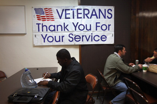 Фоторепортаж о ярмарке вакансий для безработных военнослужащих США. Фото: John Moore/Getty Images