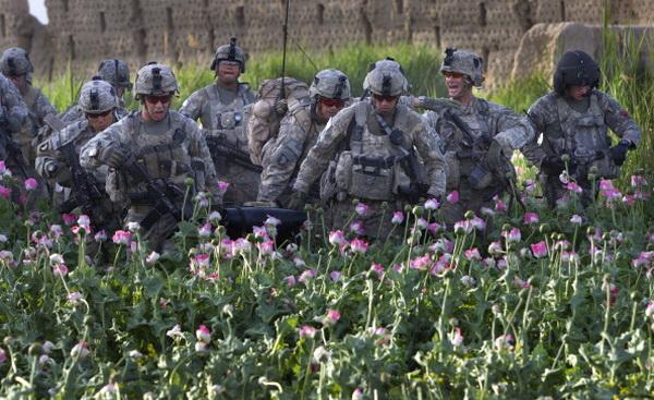 Медперсонал эвакуирует пострадавших военных из опасной зоны в Афганистане. Фото: Paula Bronstein/Getty Images