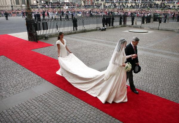 Гости и поклонники собрались на свадьбу принца Уильяма и Кэтрин Миддлтон. Фото: Marc Aspland - WPA Pool/Getty Images