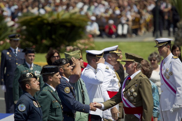 Фоторепортаж о посещении королевской семьей празднования Дня вооруженных сил Испании. Фото: Daniel Perez / Getty Images